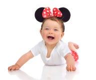 Neugeborenes Kinderkinderbaby in liegender glücklicher Inspektion des roten Körperstoffes Lizenzfreie Stockbilder