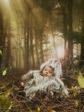 Neugeborenes Legen stockbild