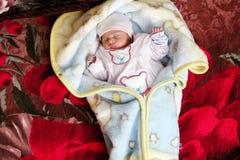 Neugeborenes Mädchenschlafen Stockbilder