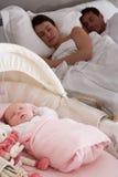 Neugeborenes Schätzchen, das im Feldbett im Muttergesellschaft-Schlafzimmer schläft Lizenzfreies Stockbild