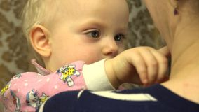 Neugeborenes Schätzchen in den Händen des Mutter 4K UltraHD, UHD stock footage