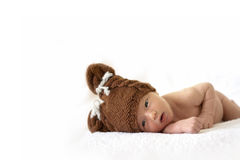 Neugeborenes Schätzchen in der Bärenschutzkappe Stockbild