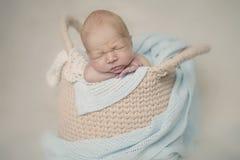 Neugeborenes Schätzchen im Korb Lizenzfreies Stockfoto