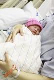 Neugeborenes Schätzchen im Krankenhaus Stockbild
