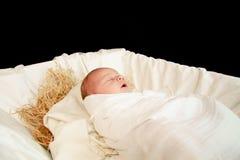 Neugeborenes Schätzchen Jesus in einer Krippe Stockfotografie