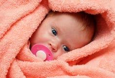 Neugeborenes Schätzchen mit soother Stockbild