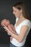 Neugeborenes Schätzchen und Mutter Lizenzfreies Stockbild