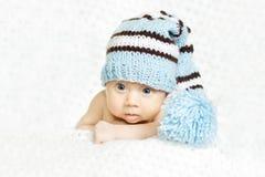 Neugeborenes Schätzchenportrait im blauen woolen Hut Lizenzfreies Stockbild