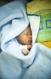 Neugeborenes Schlafen in der Decke Lizenzfreies Stockbild