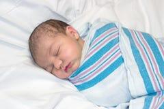 Neugeborenes Schlafen im Krankenhaus Stockbilder
