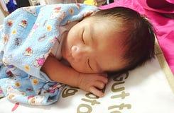 Neugeborenes schlafendes Stockfotografie