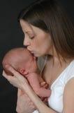 Neugeborenes Schätzchen und Mutter Stockfotografie