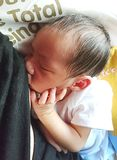 Neugeborenes Stillen Stockfoto