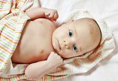 Neugeborenes Stillstehen auf einem Bett Lizenzfreies Stockfoto