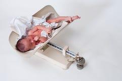 Neugeborenes wiegend Stockfoto