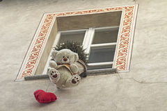 Neugierig Fensterdekoration in Acqui Terme Stockfoto