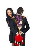 Neugierige Frau über Valentinsgrußgeschenk Stockfotografie