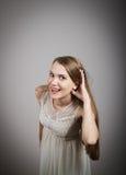 Neugierige Frau im Weiß Stockfotografie