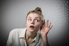 Neugierige Frau im Weiß lizenzfreies stockbild