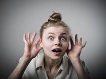 Neugierige Frau im Weiß lizenzfreie stockfotos