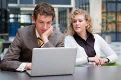 Neugierige Geschäftsfrau, die ihren Kollegen betrachtet lizenzfreies stockfoto