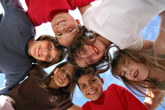 Neugierige Kinder, die etwas betrachten Lizenzfreies Stockbild