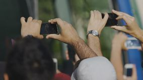 Neugierige Passanten, die Promi nahe Bus, Wartemusikleistung filmen stock video footage