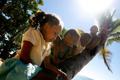 Neugierige Sakatia Kinder Lizenzfreies Stockfoto