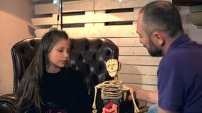 Neugierige Tochter, die ihrem Vater viele Fragen über Struktur des menschlichen Körpers stellt stock video