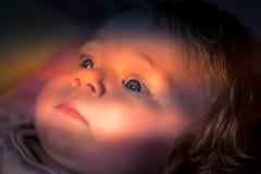 Neugieriger Blick eines netten Babys Stockbild