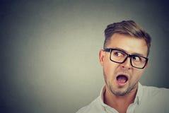 Neugieriger Mann, der auf Klatsch hört lizenzfreie stockfotografie