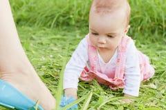 Neugieriges Baby auf Gras lizenzfreie stockfotos
