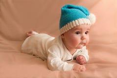 Neugieriges Kind in der blauen Kappe Lizenzfreies Stockfoto