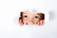 Neugieriges kleines Kind Stockfoto
