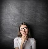 Neugieriges Mädchen, das überrascht schaut Stockbild