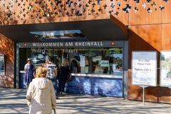 Neuhausen Szwajcaria, Październik, - 16, 2017: Turysty zakupu bilety zdjęcie royalty free