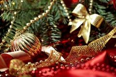 Neujahrsfeiertaghintergrund mit goldener Ballnahaufnahme Stockfotografie