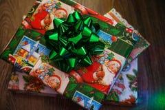 Neujahrsgeschenk mit Bogen stockfoto