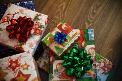 Neujahrsgeschenke mit Bogen stockfoto