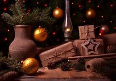 Neujahrsgeschenke, verschiedene Präsentkartons unter Weihnachtsbaum am Feiertagsvorabend, Weihnachtszeitfeier Abbildung der roten Lizenzfreie Stockfotos