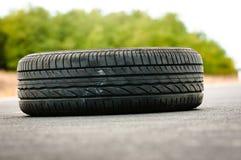 Neumático abandonado del coche Imágenes de archivo libres de regalías