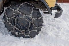 Neumático con las cadenas foto de archivo libre de regalías