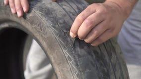 Neumático dañado, cierre encima del MES lento almacen de metraje de vídeo