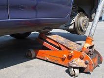 Neumático de coche cambiante Imagen de archivo libre de regalías