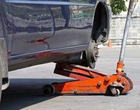 Neumático de coche cambiante Imágenes de archivo libres de regalías