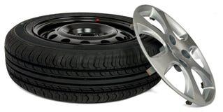 Neumático de coche con el casquillo de rueda Fotos de archivo