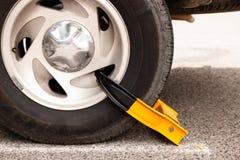 Neumático de coche con la bota amarilla fotografía de archivo