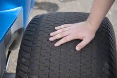 Neumático de coche de deportes Imagenes de archivo