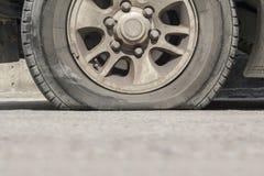 Neumático de coche de la explosión en la calle Imágenes de archivo libres de regalías