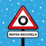 Neumático de coche del invierno en una señal de tráfico del triángulo con tipografía de los neumáticos del cambio libre illustration